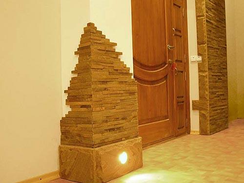 Как отделать прихожую декоративным камнем
