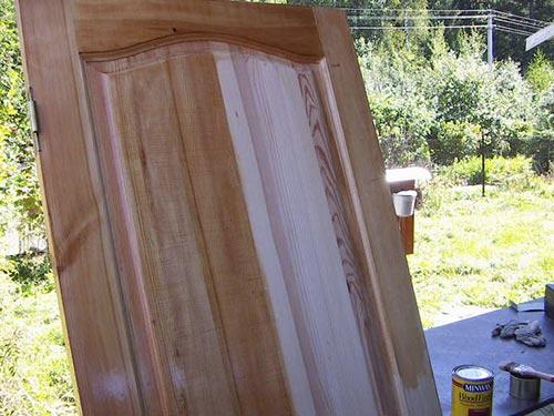 На фото покраска деревянной двери своими руками
