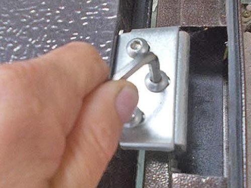 Как регулировать дверные петли