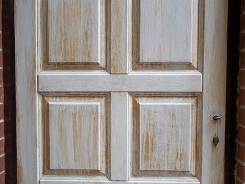 На фото показано как отреставрировать старую деревянную дверь