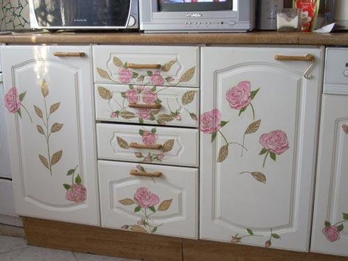 На фото декупаж кухонной мебели своими руками