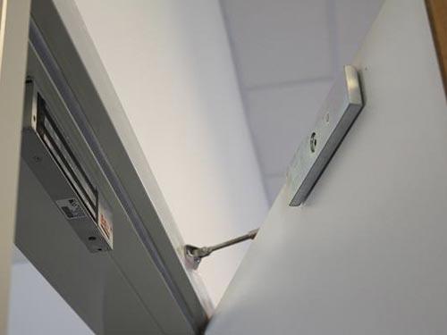 На фото электромагнитный замок для металлических дверей