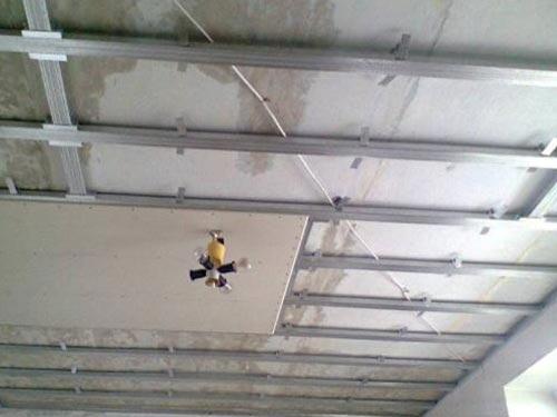 На фото обшивка потолка гипсокартоном