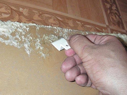 На фото показано как удалить засохшую пену