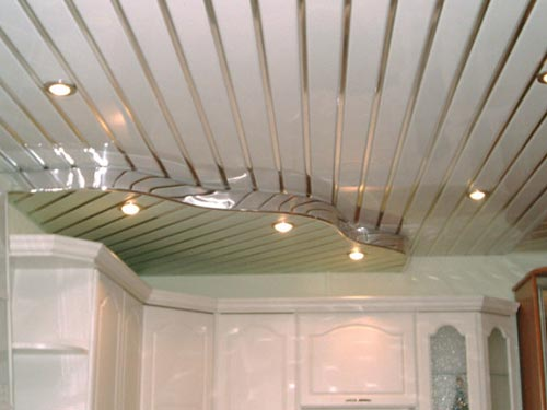 На фото монтаж реечного подвесного потолка