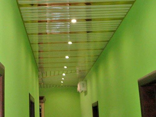 На фото установка реечного потолка
