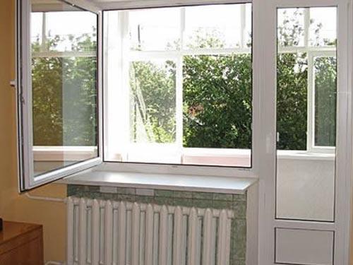 На фото монтаж балконного блока