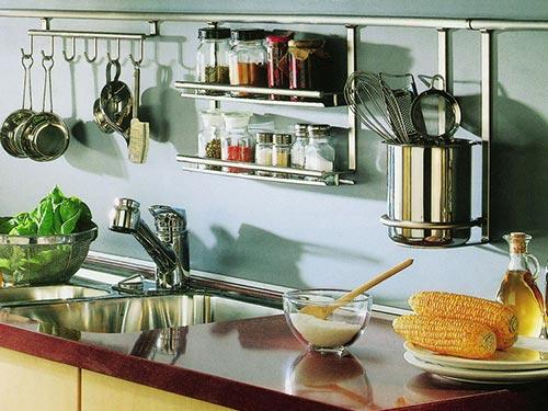 На фото полки для рейлинга на кухню