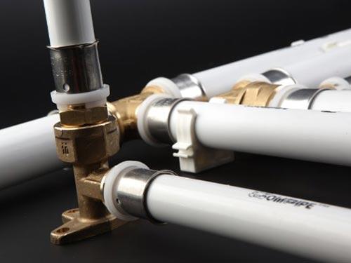 На фото показано как соединить водопроводные трубы