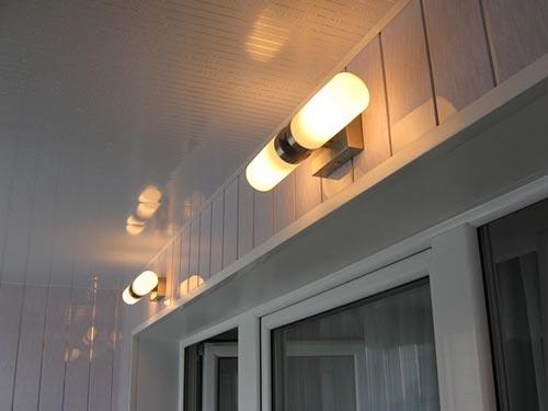 На фото показано как провести свет на балкон