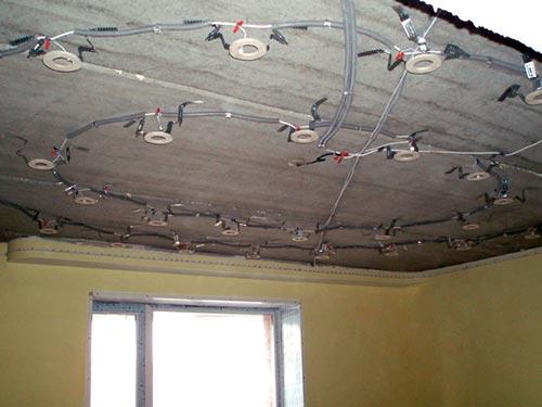 На фото показано как подключить точечные светильники