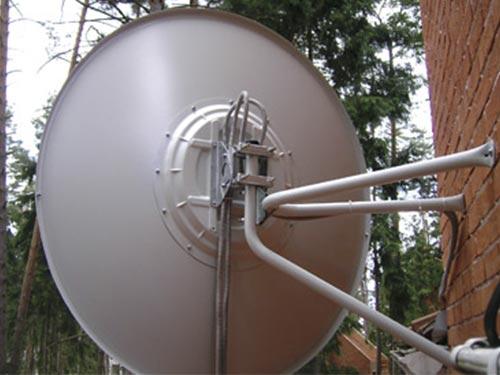 На фото установка спутниковой антенны