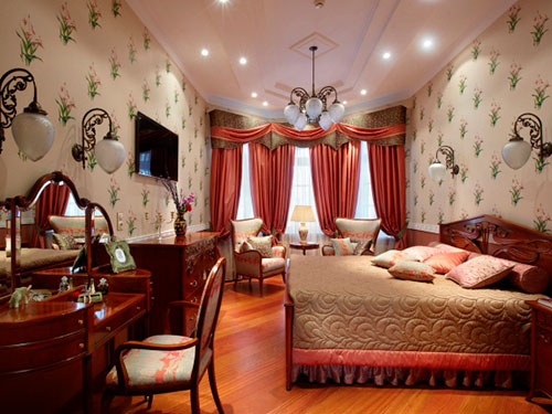На фото спальня в английском стиле