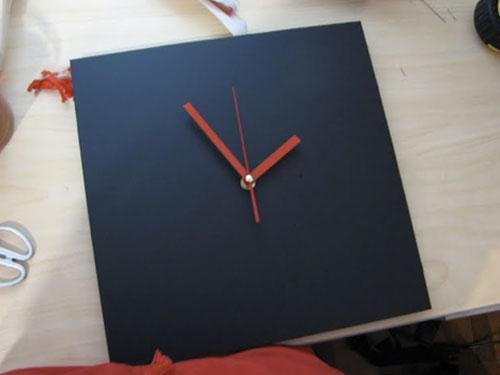 На фото деревянные часы