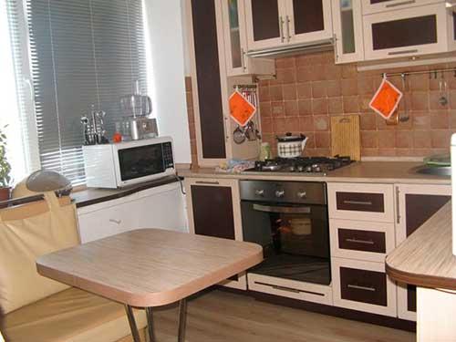 На фото дизайн кухни для маленькой площади
