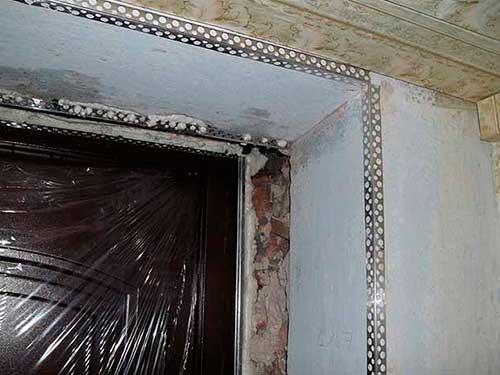 На фото отделка откосов входной двери