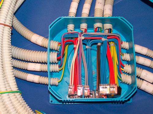 На фото расключение проводов