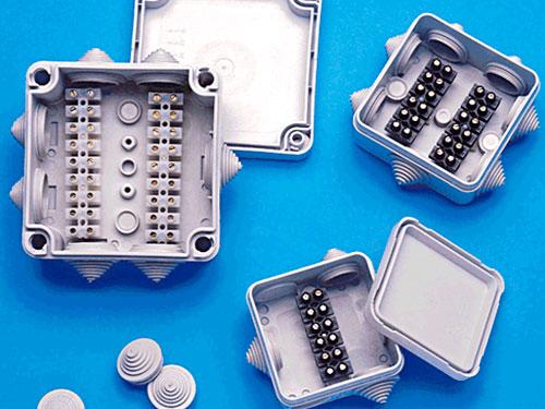 На фото электрические распределительные коробки