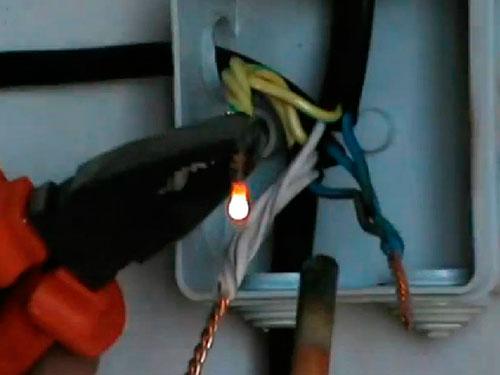 На фото сварка проводов