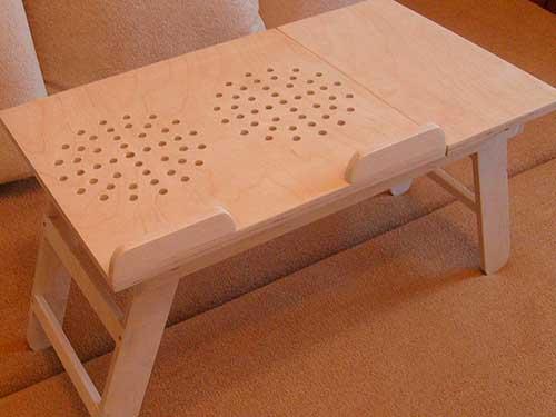 На фото столик для ноутбука своими руками