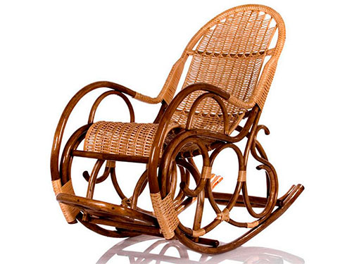На фото кресло качалка из ротанга