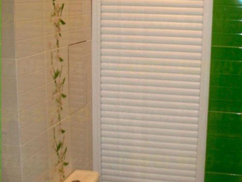 На фото сантехнические рольставни в туалет