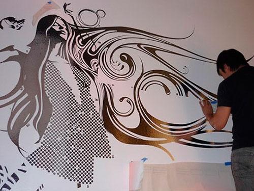 На фото трафаретная роспись стен