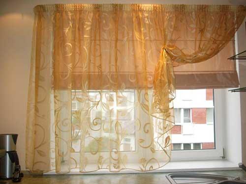 На фото короткие шторы
