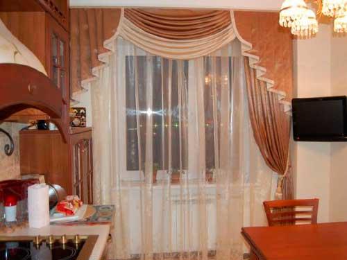 На фото шторы для кухни с ламбрекеном