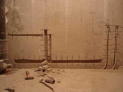 На фото штробление стен под трубы