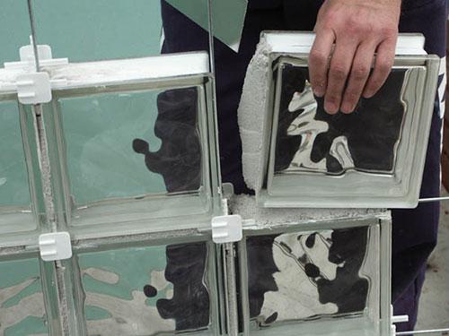 На фото укладка стеклоблоков своими руками