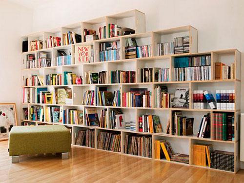 На фото стеллаж для книг своими руками