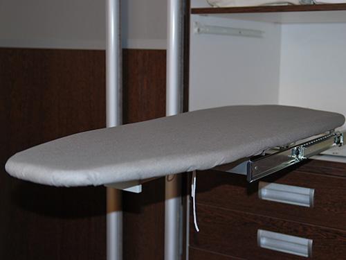 На фото гладильная доска встроенная в шкаф