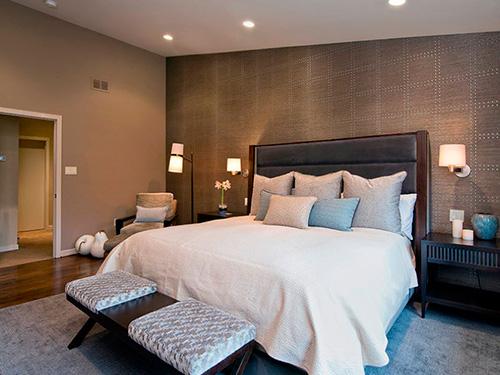 На фото оформление спальни разными обоями