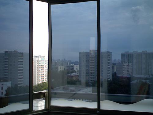 На фото пленка от солнца на окна