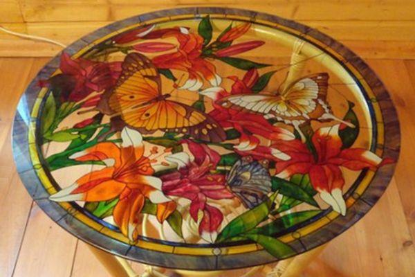 Стеклянный столик с витражной росписью.