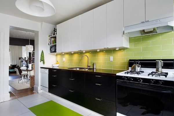 Черно-белая_кухня_с_зелеными_акцентами