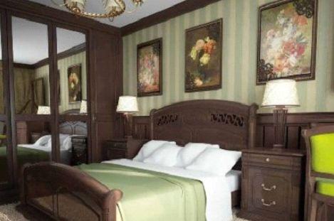 Декорирование нижней половины стены деревянными панелями, а верхней – обоями, работает на создание английского духа спальни