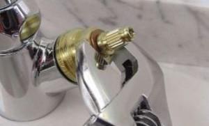 Разводной ключ наиболее удобен для откручивания кран-буксы