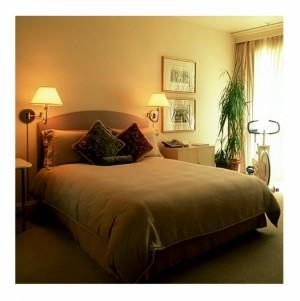 Двойная подсветка изголовья кровати