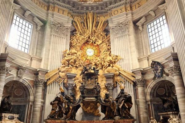 Кафедра Святого Петра в Ватикане, созданная архитектором Лоренцо Бернини, одного из основоположников стиля барокко