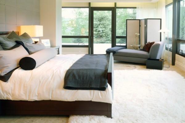 Интерьер спальни в черно-белом контрасте