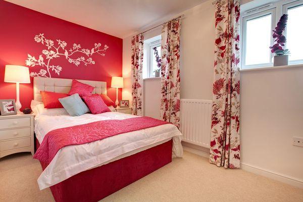 Сочетание в оклейке стен двух типов цветового решения пастельных оттенков - выигрышный вариант в оформлении спальни