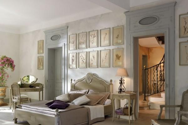 Дизайнеры рекомендуют украшать стены картинами или цветочными панно