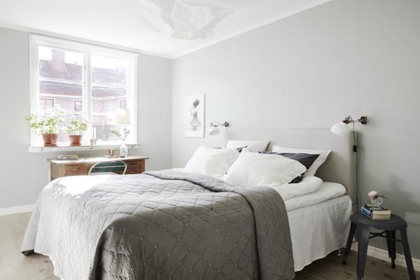 На окнах какие-либо шторы или занавески вообще отсутствуют или они выполнены из тонкой светлой натуральной ткани