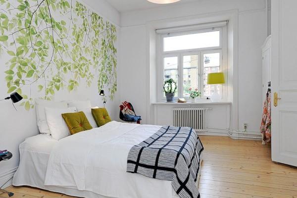 Дизайнеры советуют стену у изголовья кровати оклеивать обоями с с растительным или цветочным орнаментом. Тем самым подчеркивается единство с природой