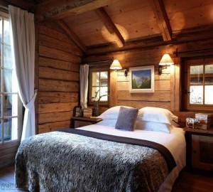 Уютный интерьер спальни в стиле Шале