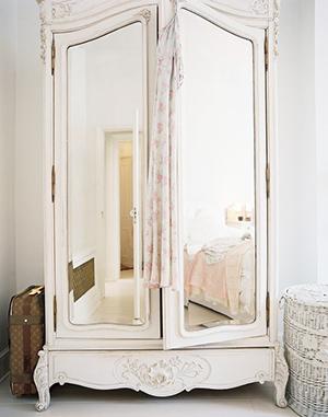 Шкаф украшенный зеркалом
