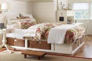 Идеально в стиль кантри впишутся ткани с растительными и цветочными мотивами - они освежат спальню