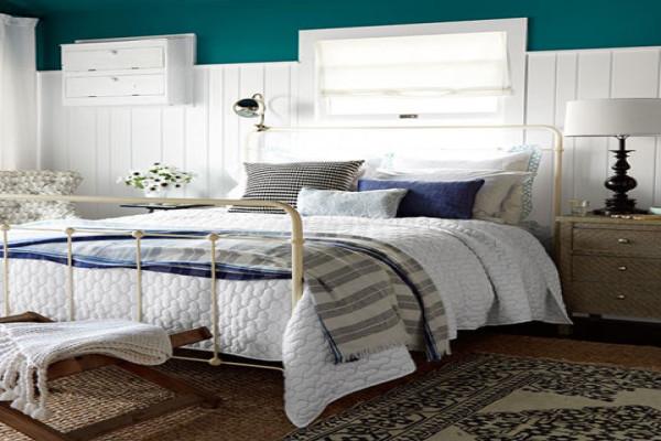 Хорошо выглядит и сочетание нескольких видов материалов в отделке стен - это добавляет спальне уюта